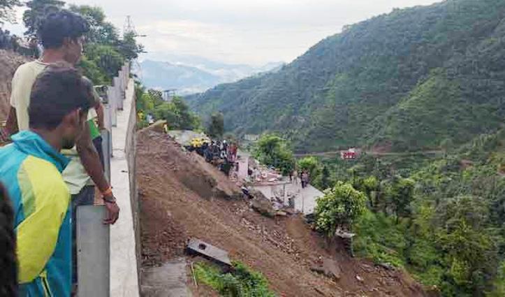 घर के ऊपर गिरी Highway की सुरक्षा दीवार, एक भाई व दो बहनें मलबे में दबे