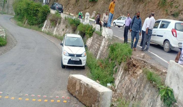 Solan में पैरापिट से टकराई कार, हमीरपुर निवासी की गई जान- सुंदरनगर में भी हादसा