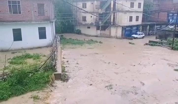 घुमारवी में घरों-दुकानों में घुसा बारिश का पानी, सीर खड्ड का पुल दलदल में बदला