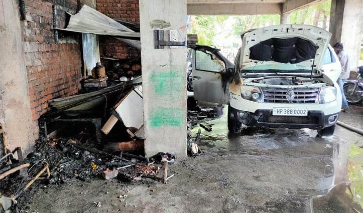 पार्किंग में खड़ी गाड़ी में लगी आग