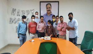 श्री बालाजी अस्पताल में केक काटकर मनाया गया Doctor's Day, देखें तस्वीरें