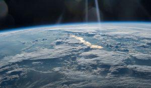 वैज्ञानिकों ने पता लगाया- घंटी की तरह 'बज रहा' है Earth का वायुमंडल; जानें