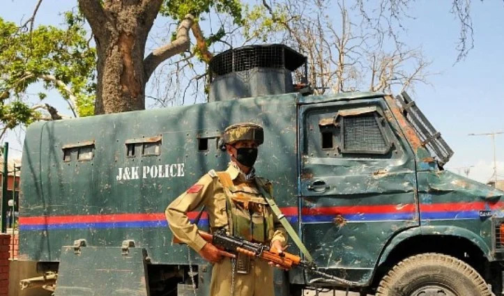 J&K: कुलगाम में आतंकवादियों ने पुलिसकर्मियों को निशाना बनाया, एक की गोली मारकर हत्या