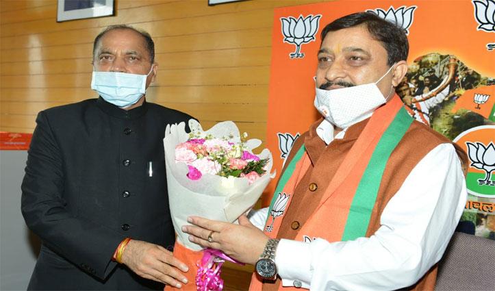 """सुरेश कश्यप ने संभाली """"कुर्सी """" सीएम Jai Ram पुष्पगुच्छ लेकर रहे साथ-साथ"""