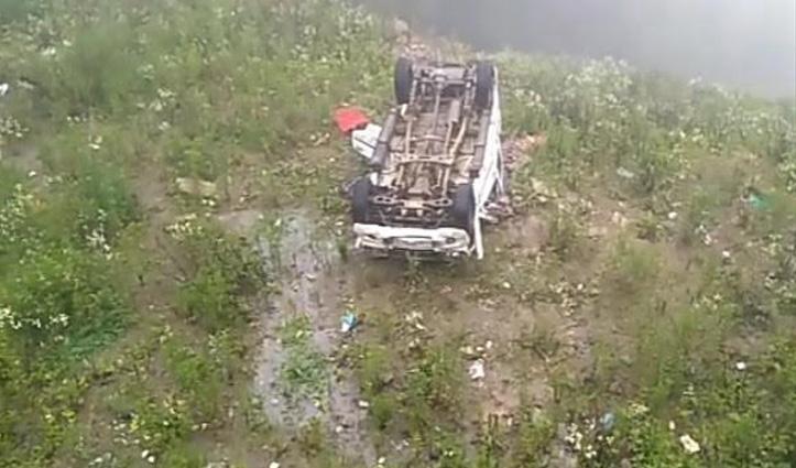 नाका तोड़कर भागने की कोशिश में पलटी गाड़ी, तीन पेटी शराब बरामद