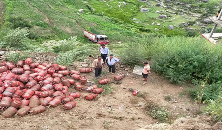 Karsog में धंसी जमीन, गैस सिलेंडर से भरा Truck पलटकर खेतों में गिरा, दो भाई घायल