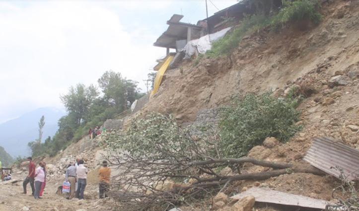 खतरे की जद में Kullu का यह गांव, फोरलेन निर्माण की कटिंग बनी आफत
