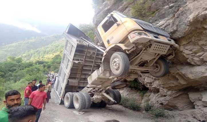 पहाड़ से टरकाया Over Speed डंपर, गड़सा रोड पर फंसे 300 वाहन