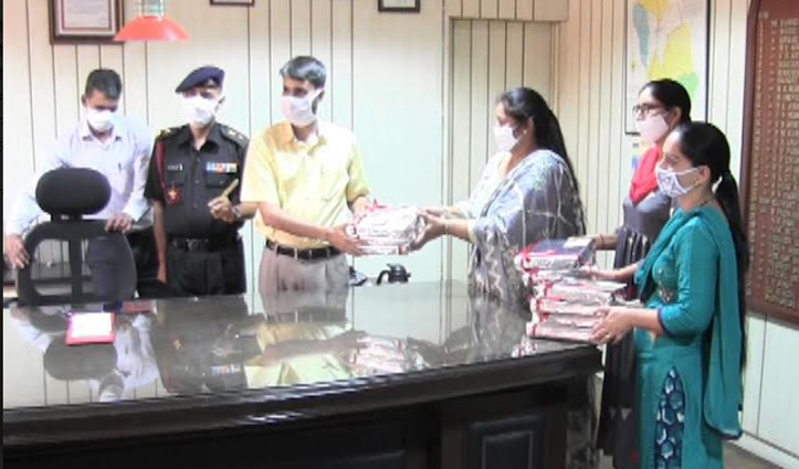 सरहदों पर तैनात फौजी भाइयों को Mandi की वुमेन डिफेंस एसोसिएशन ने भेजी राखियां