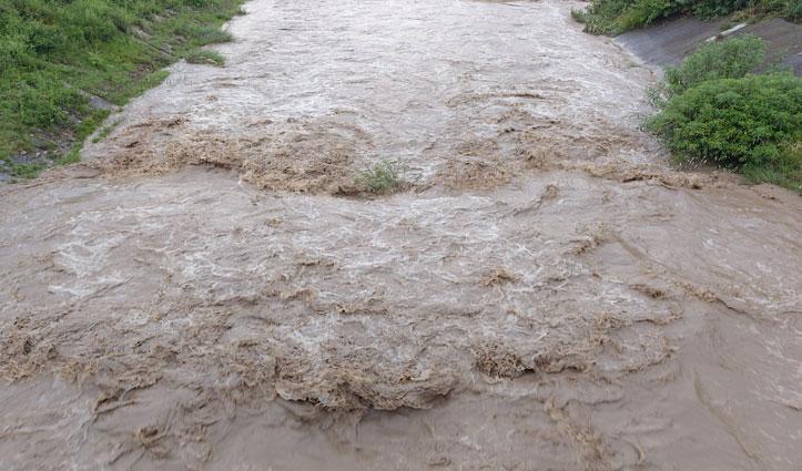 Mandi में बरसे मेघ उफान पर सुकेती खड्ड, किसानों की फसलों को नुकसान