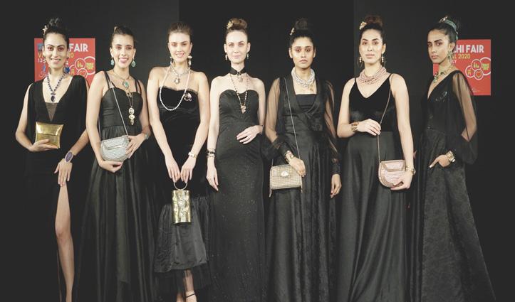 दिल्ली की Old Village Overseas, जयपुर की मेडेलियन जैसे उत्पादों का मॉडल्स ने किया प्रदर्शन