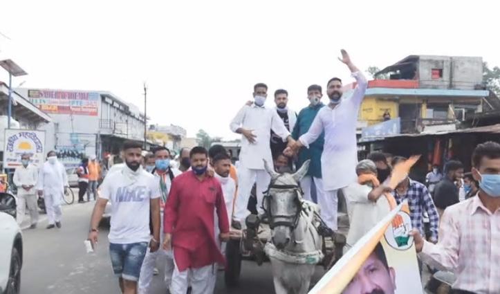 Haroli में कांग्रेस का हल्ला, घोड़ागाड़ी की सवारी, ट्रैक्टर को रस्सी से खींच जताया विरोध