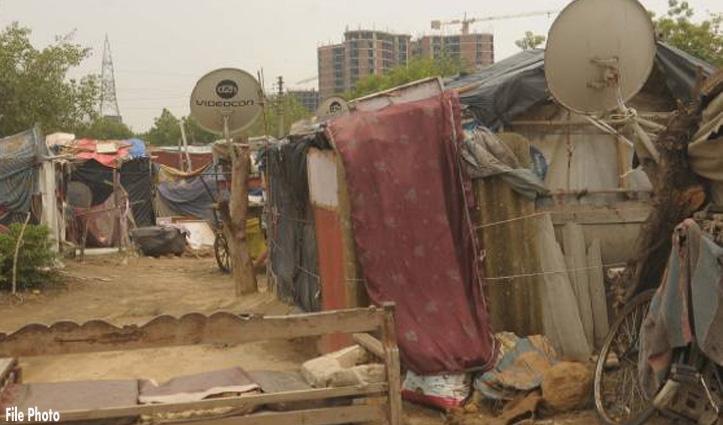 झुग्गियों में रहने वालों के डेढ़ Lakh चोरी कर गड्ढों में दबाए, प्रवासी महिला हुई बेहोश