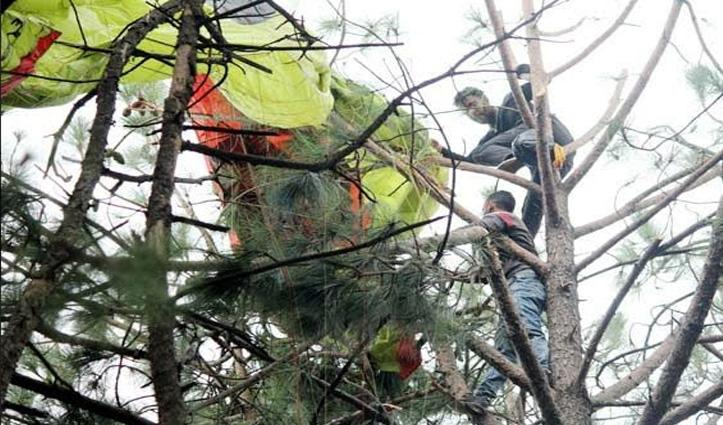 धर्मशाला में पैराग्लाइडर Crash, चार घंटे तक पेड़ पर फंसे रहे दो पायलट