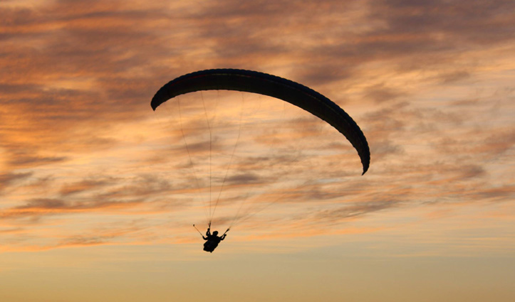 पैराग्लाइडरों के Kangra Airport के ऊपर उड़ान भरने पर लग सकती है रोक