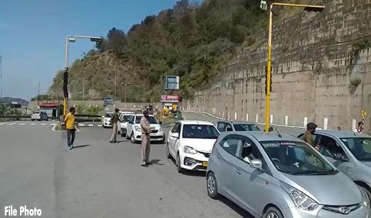 हिमाचल घुसने की फिराक में MLA के रिश्तेदार ने Barrier पर गाड़ी के साथ घसीट दिया Police कर्मी