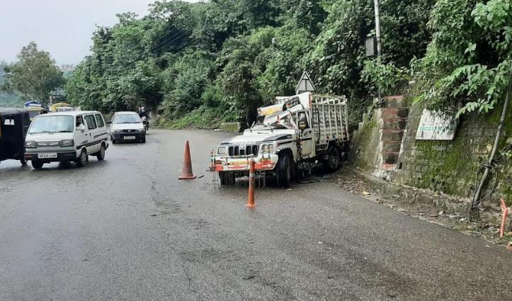 मंडी में NH-21 पर ट्रक की Jeep से हुई जोरदार टक्कर, जीप चालक घायल