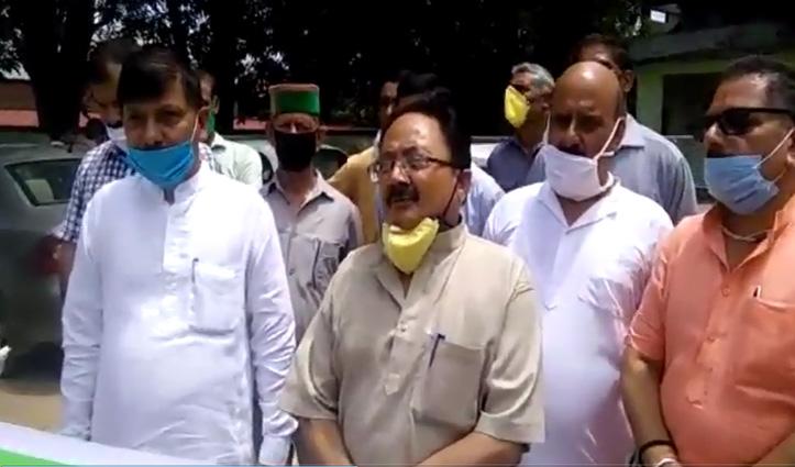 पेट्रोल-डीजल के बढ़े दामों के खिलाफ Congress का हल्ला, रस्सियों से खींची कार