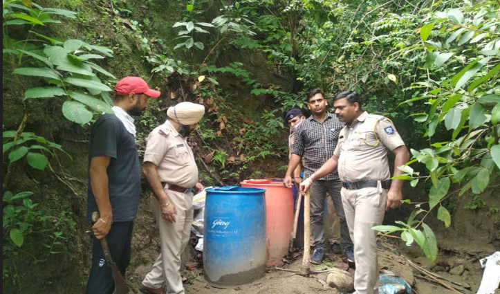 Paonta Sahib : हरिपुरखोल के जंगल में दो चलती भट्ठियों सहित 10 हजार लीटर लाहण नष्ट