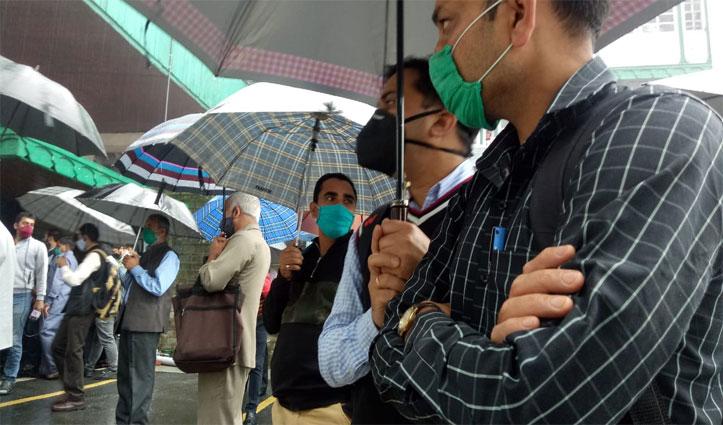 Breaking: राजभवन में कैबिनेट विस्तार तो Himachal Secretariat में काम बंद कर कर्मचारियों ने लगाए नारे