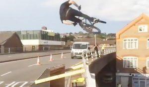 Video : हवा में उड़ाई साइकिल फिर बिल्डिंग की दीवार पर दिखाया खतरनाक Stunt, देखकर उड़े जाएंगे होश