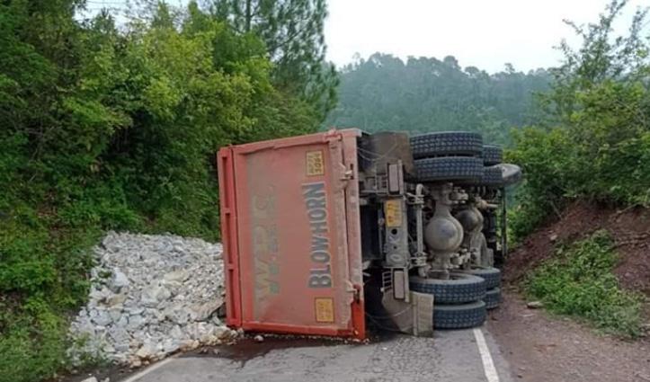 नाहन-ददाहू मार्ग पर बीच सड़क पलटा Truck, घंटों लगा जाम