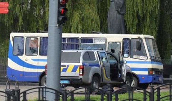 विस्फोटक से लैस शख्स ने यूक्रेन में Bus के अंदर 20 लोगों को बनाया बंधक