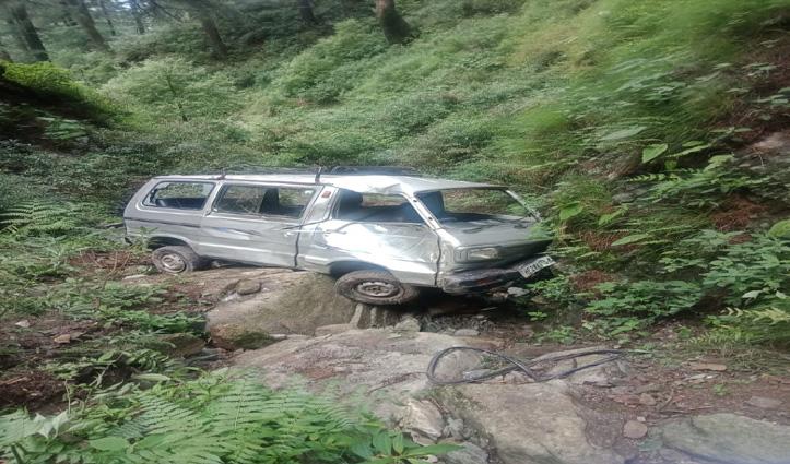 घटासनी-बरोट सड़क पर लुढ़की Van, चालक ने टांडा जाते रास्ते में तोड़ा दम