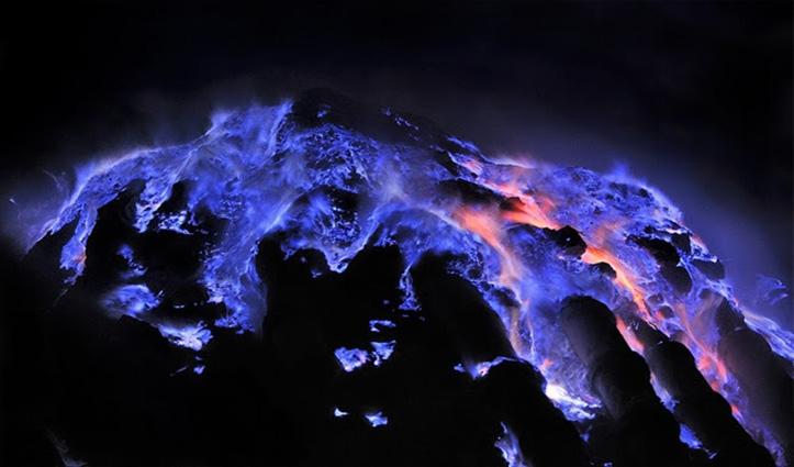 क्या कभी आपने देखा है नीला लावा उगलने वाला ज्वालामुखी, यहां देखें