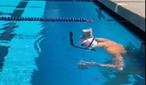 Viral Video : सिर पर दूध का गिलास रख पानी में तैरती चली गई ये जल परी, एक बूंद भी नहीं छलकी