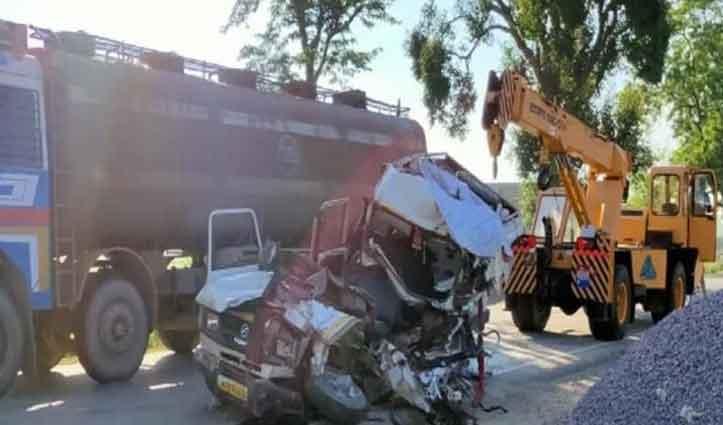 चौराहे पर खड़े खराब Truck से टकराई गाड़ी, पांच की मौत, 11 घायल