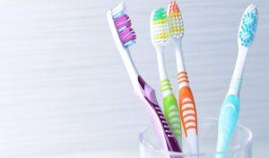 दांतों और मसूड़ों को रखना है सलामत तो सोच-समझकर खरीदें टूथब्रश