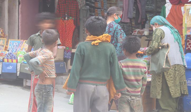 चिंतनीय : Kullu में किताबों से दूर भीख मांग रहा बचपन, पेंसिल की जगह हाथ में कटोरा