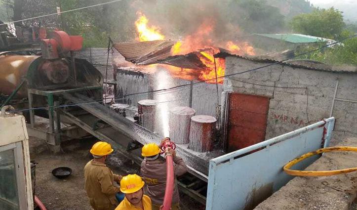 Kullu : कोलतार  मिक्सिंग प्लांट में भड़की आग, लाखों रुपए का नुकसान