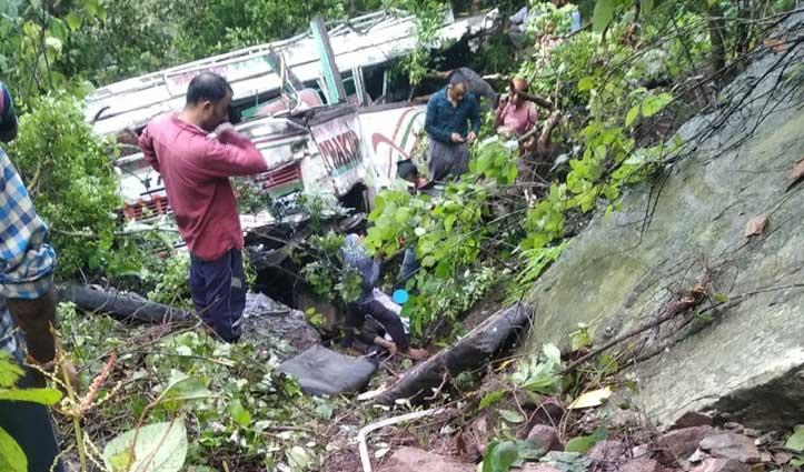Himachal में हादसाः खाई में गिरी Bus, चालक की मौके पर मौत- दो गंभीर घायल
