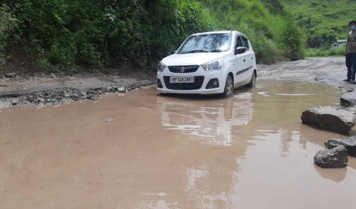 Bilaspur में एनएच 103 पर गड्ढे ही गड्ढे, चालक और राहगीर परेशान