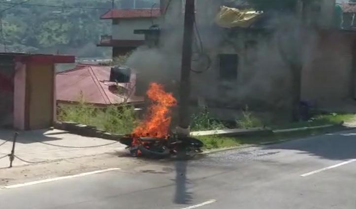 Kullu : लोअर बदाह में चलती Bike में लगी आग, बाल-बाल बचा चालक