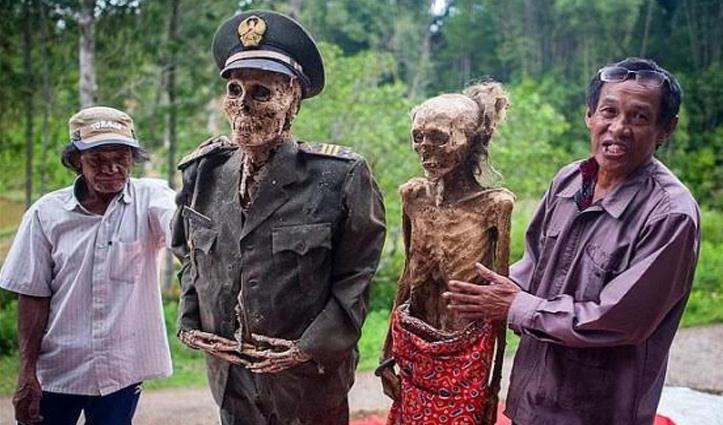 यहां लाशों के साथ मनाया जाता है त्योहार, हर तीन साल बाद निकलाते हैं कब्र से