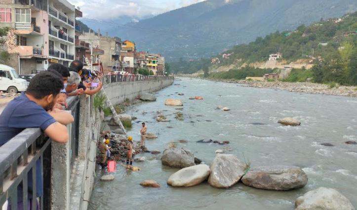 Kullu में ब्यास नदी में पत्थरों के बीच फंसा मिला शव