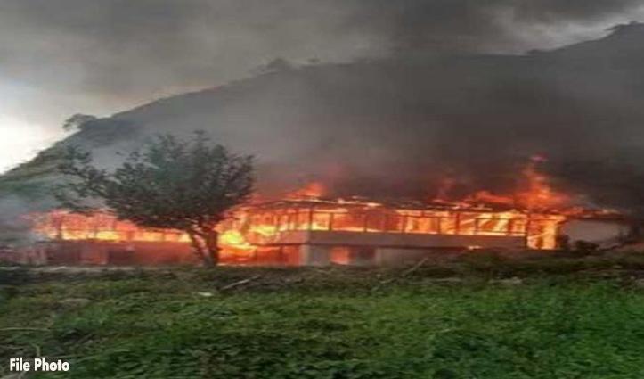 Shimla: ठियोग में लकड़ी का 20 कमरों का मकान जला, पहने हुए कपड़ों के अलावा सब कुछ हुआ राख