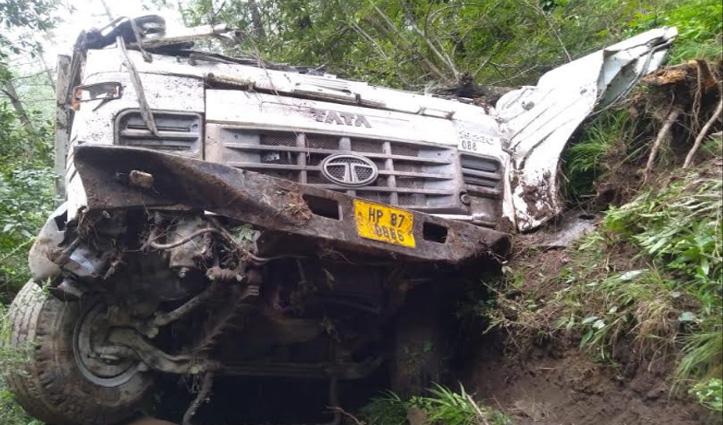 मंडी: Gohar में सड़क धंसने से खाई में गिरा टिप्पर, मालिक की गई जान- Driver घायल