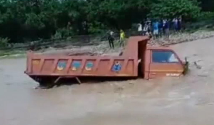 Hamirpur में खड्ड के तेज बहाव में फंसा टिप्पर, चालक को पड़ गए जान के लाले