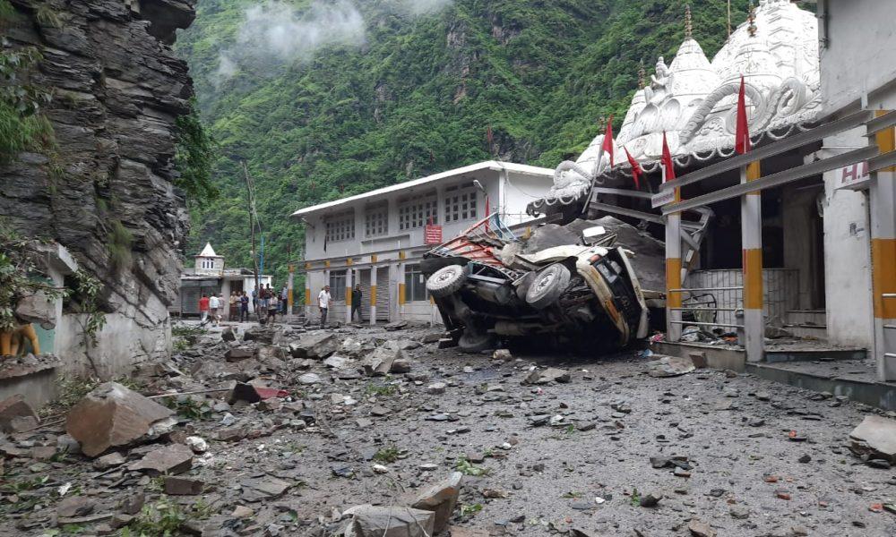 सुबह सवेरे हादसा : Mandi में पहाड़ी से गिरी चट्टानों में दबकर दो की मौत, एक Una निवासी