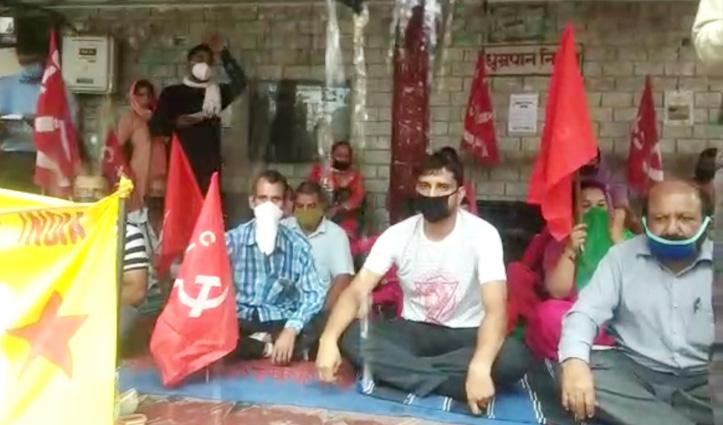 Hamirpur के गांधी चौक पर माकपा का धरना, केंद्र व प्रदेश सरकार के खिलाफ निकाला गुब्बार