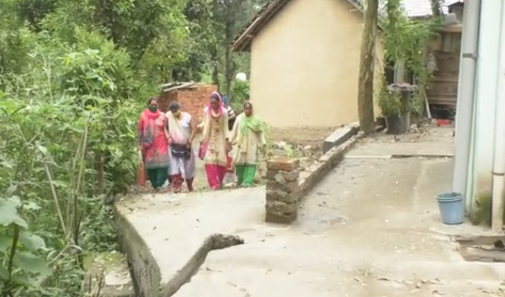 Hamirpur: पक्की ईंटों की दीवारों के बीच पिस रही गर्भवती, गाड़ी होने के बावजूद पैदल सफर को मजबूर