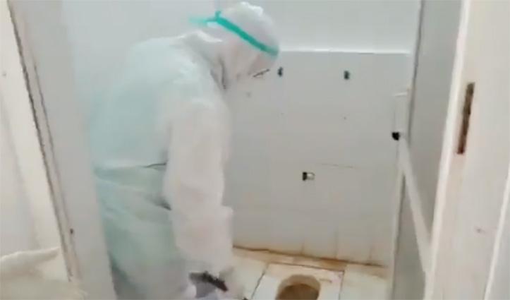 अस्पताल के Toilet में फैली थी गंदगी, ब्रश मंगवाकर खुद सफाई में जुट गए मंत्री जी