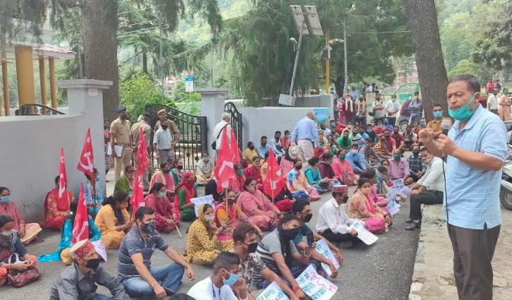 Himachal में सड़कों पर उतरी CPIM, केंद्र और प्रदेश सरकार को कोसा