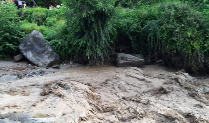 Himachal के कुल्लू जिला में बादल फटा, छाकी नाला में आई बाढ़