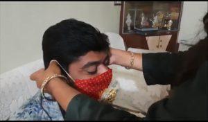 कोरोना-काल: रक्षा बंधन पर बहन ने बांधी 'मास्क राखी', तो भाई ने भी दिया ये Gift; देखें Video