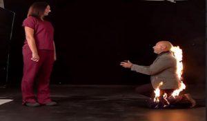 बाप रे ! खुद को आग लगाकर Girlfriend को शादी के लिए किया Propose